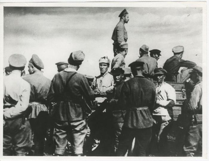 Фронтовые будни – выступление перед татарами. /Фото: 187011.selcdn.ru