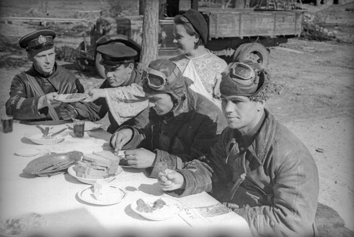 Советские и британские пилоты обедают вместе. /Фото: smolbattle.ru