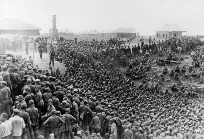 К 22 сентября в зоне действий 17-й армии вермахта было захвачено в плен около 200 тыс. советских военнослужащих. /Фото: ic.pics.livejournal.com