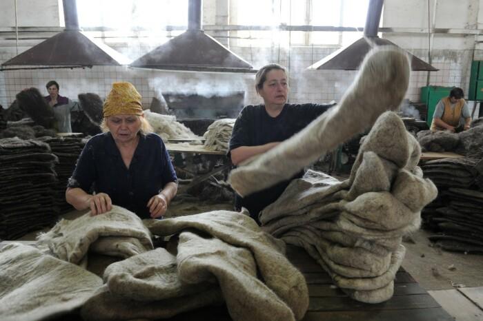 Изначально валенки делаются большими. /Фото: st.pixanews.com