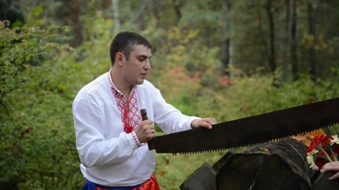 Жених должен был распилить козла из бревен, чтобы проехать к дому невесты. /Фото: i.ytimg.com