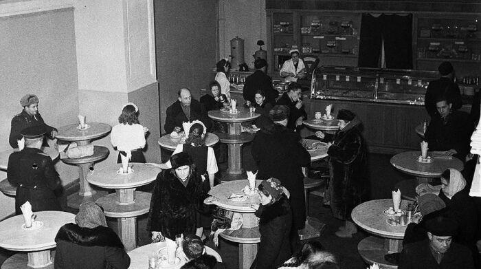 Рюмочные всерьез поддерживали послевоенную экономику. /Фото: i.pinimg.com