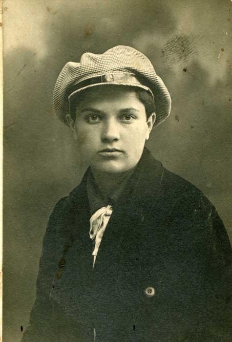 Эмансипированная барышня, одетая в стиле «комиссарша». Фото конца 1910-х – начала 1920-х годов./Фото: calvertjournal.com