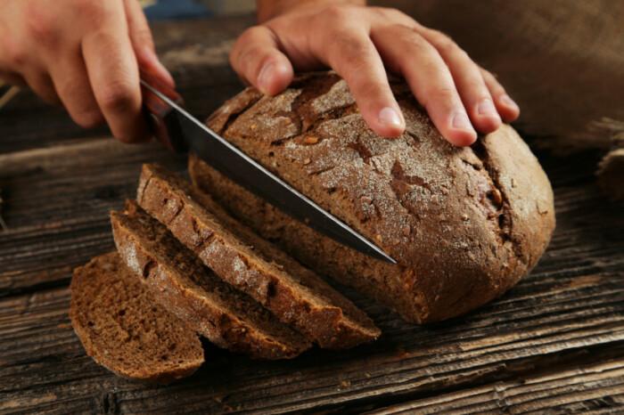 Резать хлеб за спиной другого человека  было нельзя. /Фото: 4mama.ua