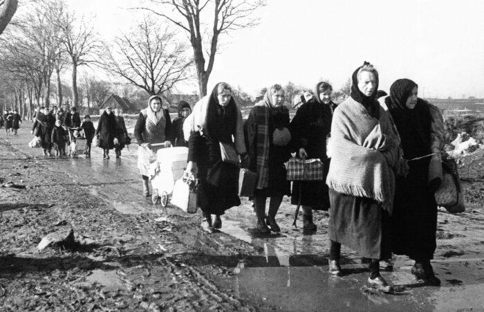 Немцы выселялись массово, включая стариков и детей. /Фото: static.tildacdn.com