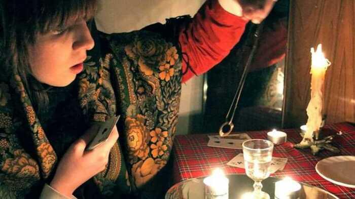 Девушки гадали на кольцах, пытаясь узнать свое будущее. /Фото: skajite-a.ru