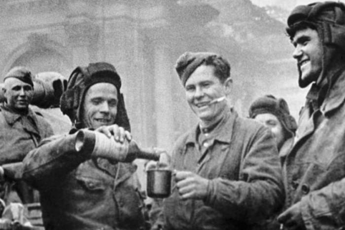 Алкоголь в Советской армии выдавали вплоть до 1945 года. /Фото: img03.rl0.ru