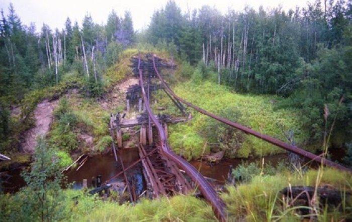 Развалившийся железнодорожный мост в сибирской глуши./Фото: mtdata.ru