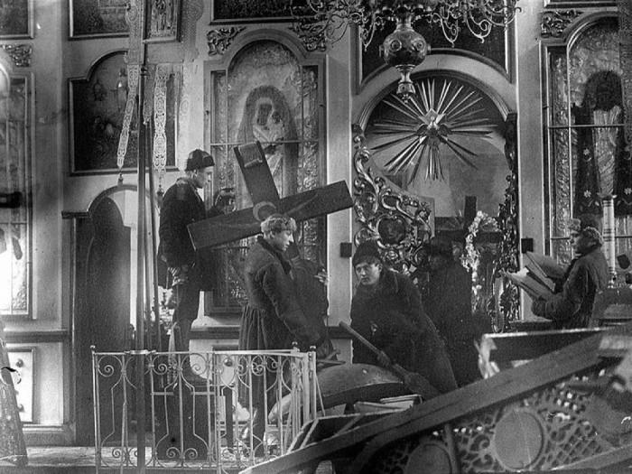 За 10 лет (1931-1941 гг.) большевики ликвидировали более 40 тыс. культовых сооружений, было арестовано от 80 до 85 % священников, то есть более 45 тыс. /Фото: kramola.info