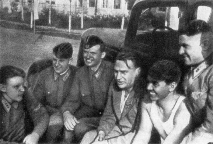 Супрун сам водил пилотов в бой, участвовал в разведывательных полётах и полётах сопровождения для прикрытия тяжёлых машин./Фото: fb.ru