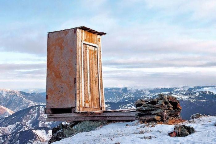 Слабонервным не входить: туалет над пропастью на метеостанции в Алтайских горах./Фото: fresher.ru