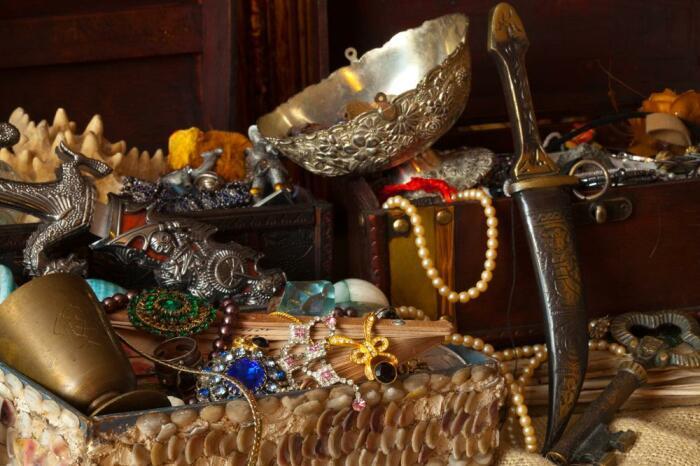 Богатые люди часто прятали ценности в потайных комнатах и стенах домов. /Фото: fb.ru