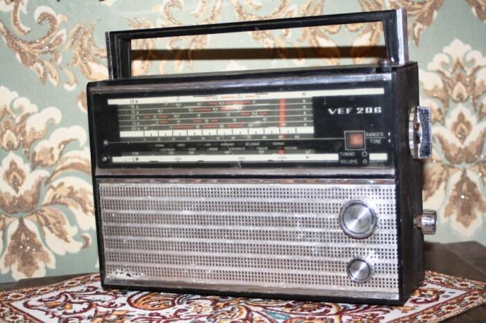 Легендарный портативный радиоприемник ВЭФ. /Фото: ic.pics.livejournal.com