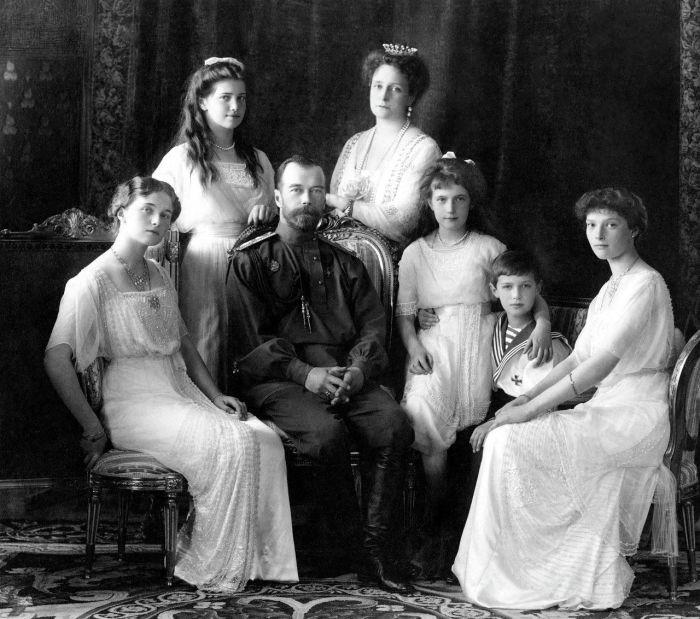 Николай II с супругой Александрой Фёдоровной (четвертая дочь великого герцога Гессенского и Рейнского Людвига IV и герцогини Алисы, дочери британской королевы Виктории) и детьми./Фото: cdn.spbdnevnik.ru