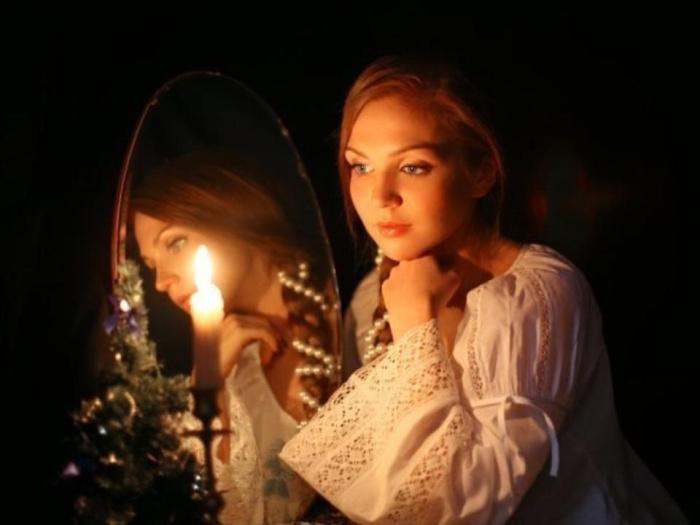 На Руси считали, что зеркало открывает ворота в мир иной. /Фото: kirov-portal.ru