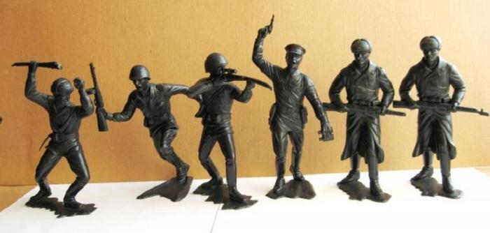 Фигурки красноармейцев заменили привычных оловянных солдатиков. /Фото: pbs.twimg.com