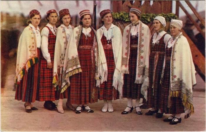 Жительницы Латвии в национальных костюмах./Фото: narod.samddn.ru
