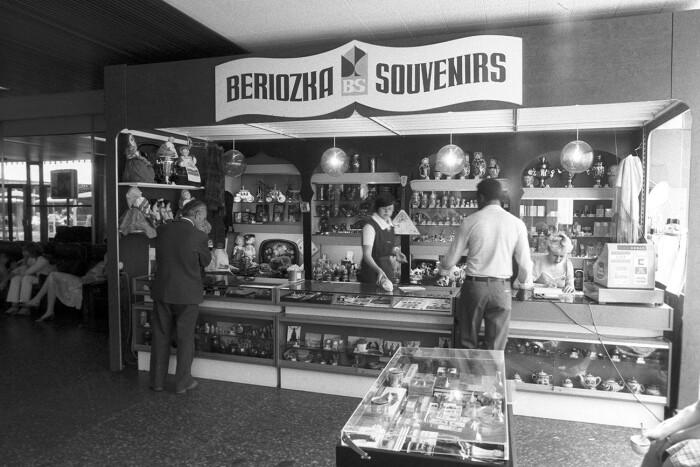 Иностранцы покупали в магазинах сувениры, а советские люди — книги. /Фото: cdni.rbth.com