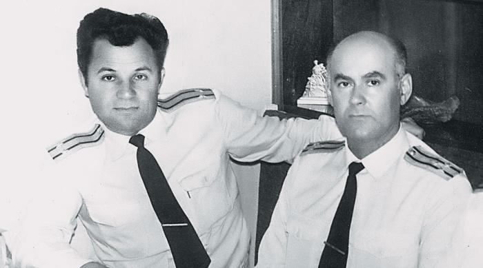 Михаил Храмцов (справа) и командир сторожевого катера «Ретивый» Юрий Рыжков. /Фото: cont.ws