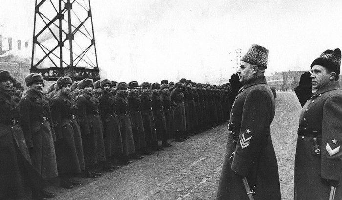 Григория Кулика называли полководцем-неудачником, но это не мешало ему успешно строить карьеру./Фото: pbs.twimg.com