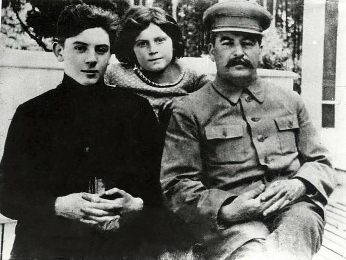 Светлана с отцом и братом Василием, 1935 год./Фото: avatars.mds.yandex.net