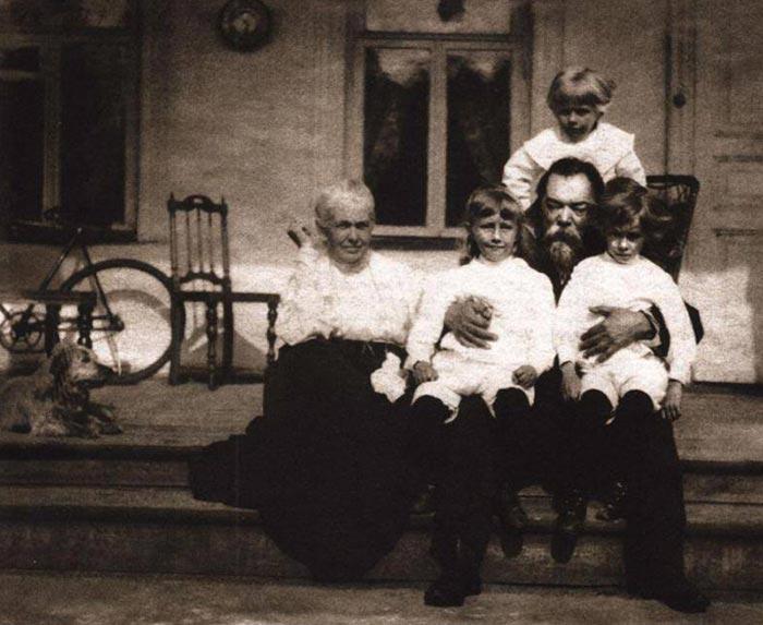 Федор Плевако с женой и сыновьями./Фото: i1.wp.com
