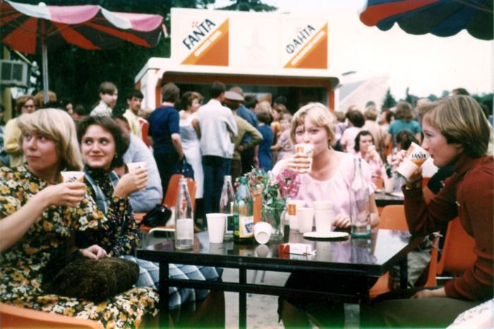 Оранжевая газировка удивляла не меньше одноразовых стаканчиков и торговых палаток, завезенных из ФРГ. /Фото: img-fotki.yandex.ru