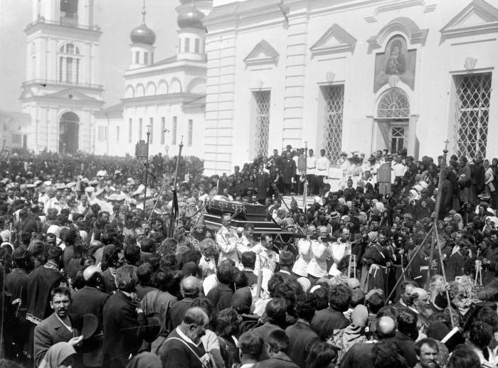 Саровские торжества 1903 г. Перенесение мощей преподобного Серафима./Фото: cdni.rbth.com