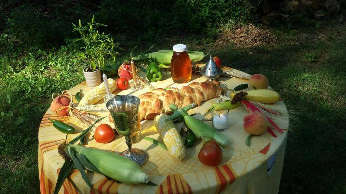 Накрыть стол из собранного урожая — традиция кельтского праздника Лугнасад./Фото: i.pinimg.com