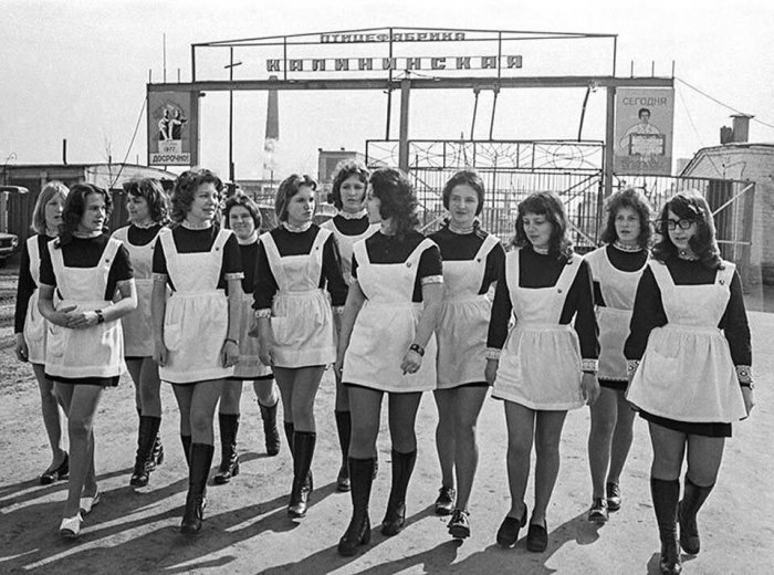 Мини юбка ворвалась в школьную моду в конце 70 годов. /Фото: avatars.mds.yandex.net