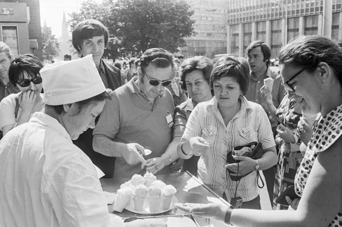 Иностранцы пробуют советское мороженое./Фото: cdni.rbth.com