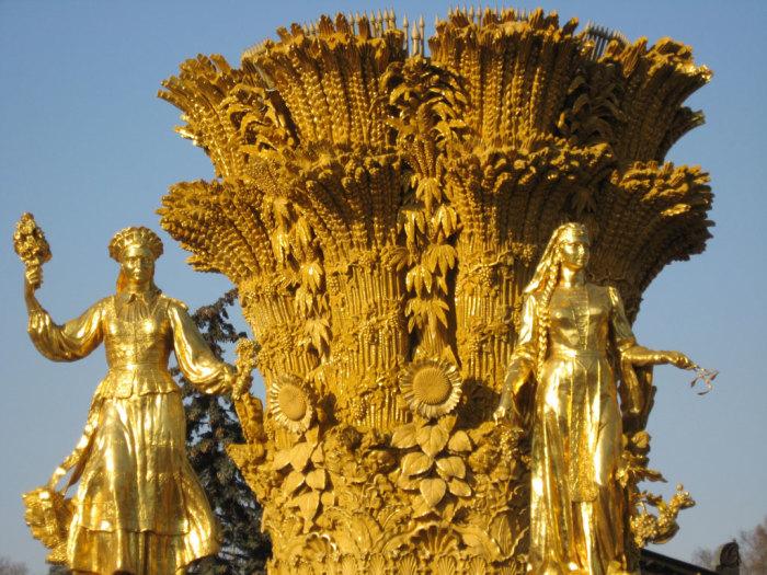 Золотой сноп с коноплей, пшеницей и подсолнечником в центре фонтана «Дружба народов»./Фото: newizv.ru