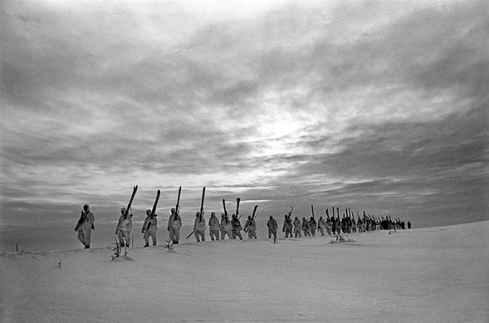 Лыжный батальон выдвигается на передовую в ходе битвы за Москву. /Фото: skisport.ru