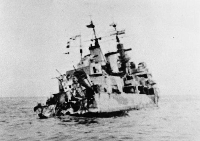 Снимок сделан со стороны кормы «Эдинбурга», поврежденной торпедой. /Фото: cdnfr1.img.sputniknews.com