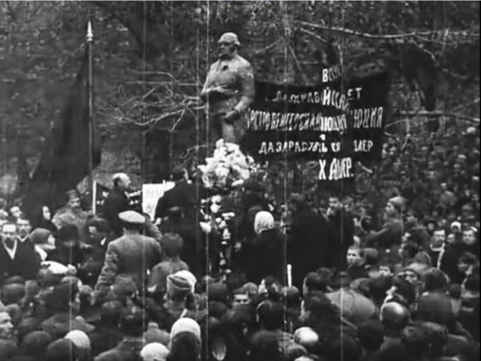 Советская Россия – первая страна в мире, поставившая памятник Робеспьеру. До сих пор в Париже, ни где бы то ни было во Франции памятника Робеспьеру не ставили./Фото: ic.pics.livejournal.com