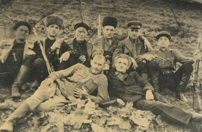 ОПГ Хасана Исраилова в горной Чечне во времена ВОВ. Как пишут на чеченских ресурсах на фото запечатлены: Первый ряд, слева направо: 1) Пралакашвили Цуцаевич, 2) Хунариков Мус (Хилдехаро), 3) Тохосошвили Махама-Бока, 4) Саид Хожаев (Серноводск), 5) Хунариков Расул (Хилдехаро), 6) Мохьмад Исраилов (сын Хасана Исраилова). Второй ряд: 1) Канишев Керим (Серноводск), 2) Дуишвили Мохьмад./Фото: avatars.mds.yandex.net
