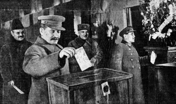 Ежов (справа), Сталин, Молотов и Ворошилов на выборах 1937 года. /Фото: upload.wikimedia.org