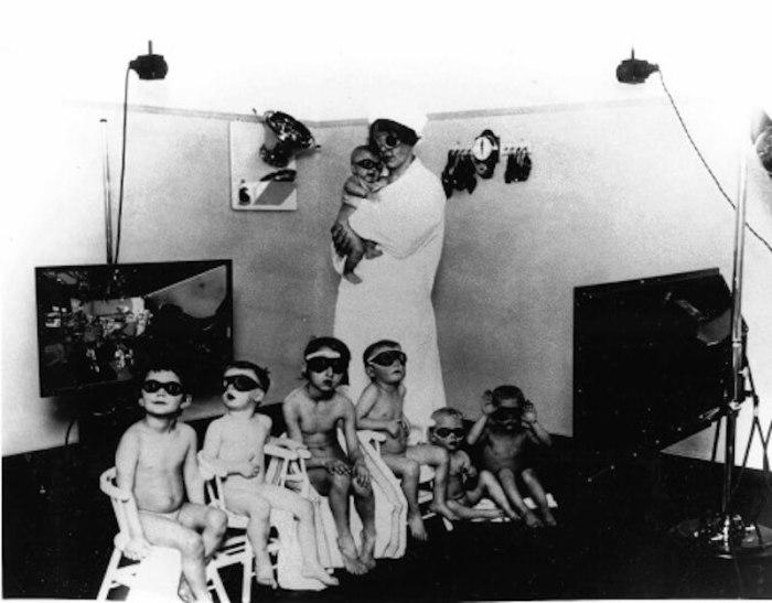 «Расово полноценные» дети сначала проходили тщательный медицинский осмотр, далее помещались в центры идеологической обработки, и затем направлялись для адаптации в «расово благонадёжные» немецкие семьи./Фото: i2.wp.com