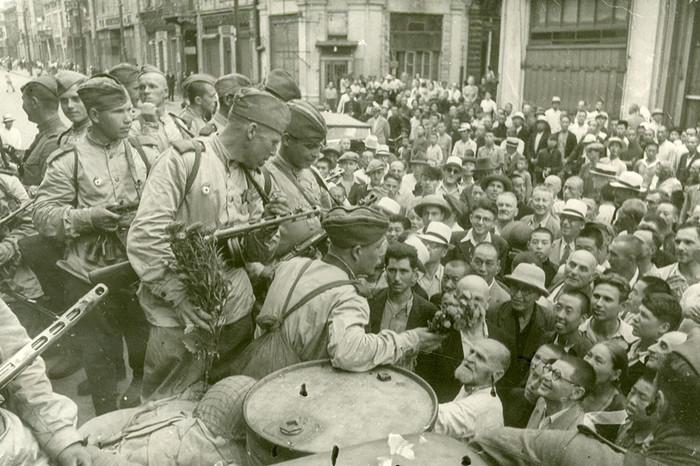 Харбинцы приветствуют Красную армию./Фото: img.gazeta.ru