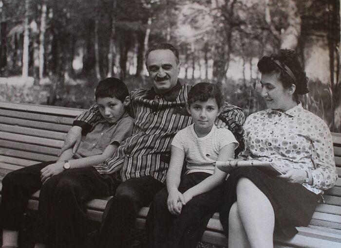 Анастас Микоян с сыновьями. /Фото: miasin.by