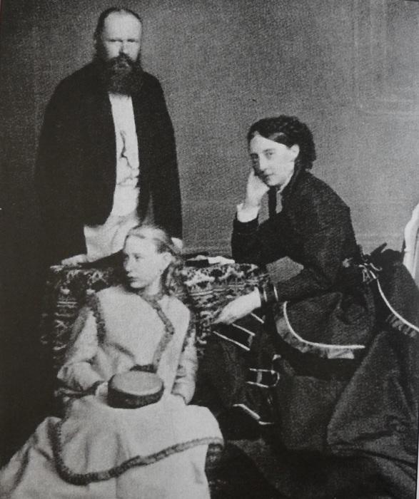 Великая княгиня Ольга Николаевна с мужем Карлом I и приемной дочерью Верой.