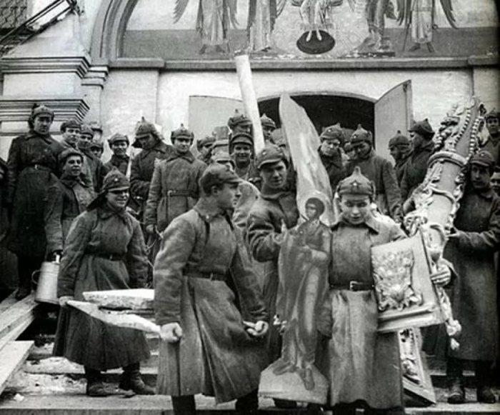 Конфискация золотых и серебряных предметов у церкви./Фото: bitoflife.ru