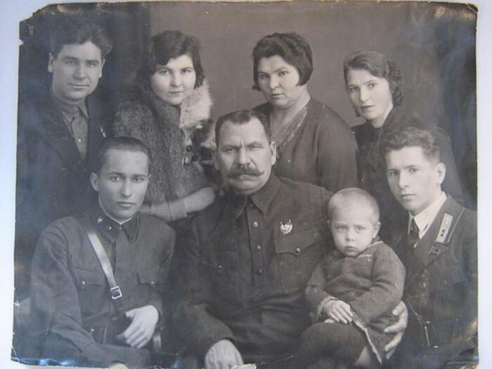 Василий Чапаев с семьей. /Фото: smolbattle.ru