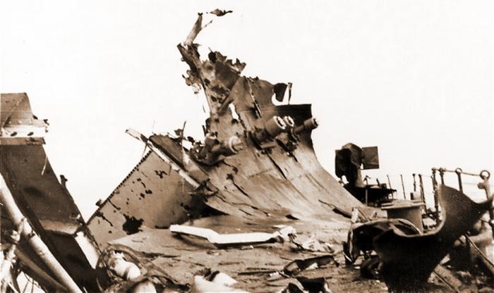 Палуба «Эдинбурга» после попадания торпеды с U 456 в буквальном смысле встала на дыбы. /Фото: warspot-asset.s3.amazonaws.com