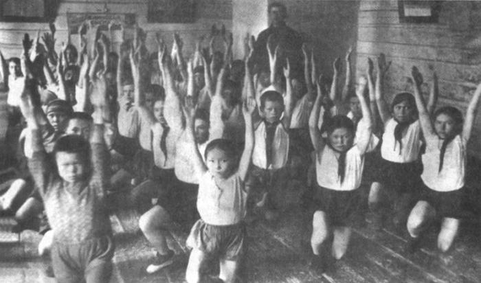 Ученики Казымской школы-интерната на уроке физкультуры, 1935 год. /Фото: calend.online