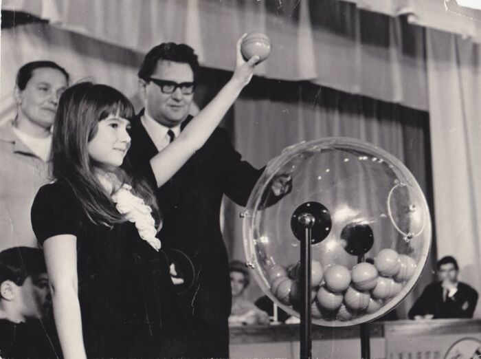 В первое время шары вытаскивали из барабана вручную. /Фото: biglottos.ru