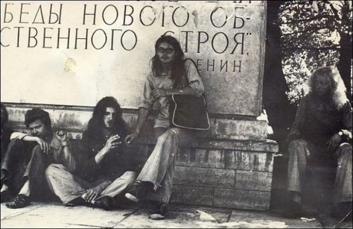 Советские Ñиппи быстро освоили дурманящие свойства сельÑозкультуры./Фото: i68.tinypic.com