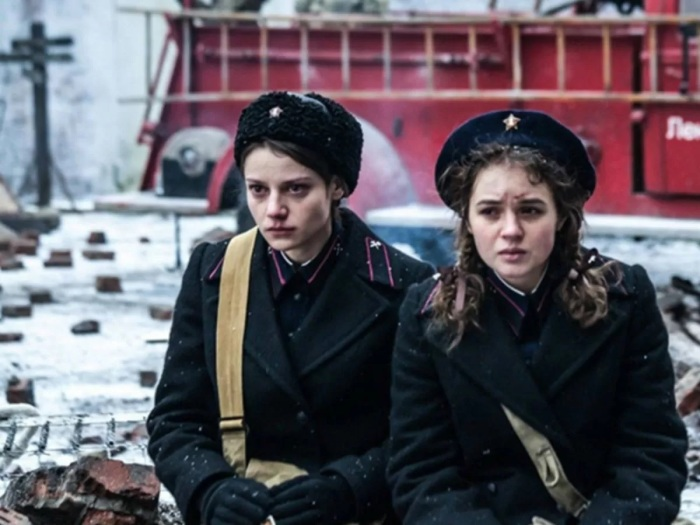Вчерашние школьницы работали кондукторами в поездах: проверяли не билеты, а сцепку, сигнальные фонари под постоянным обстрелом фашистов. /Фото: s4.cdn.eg.ru