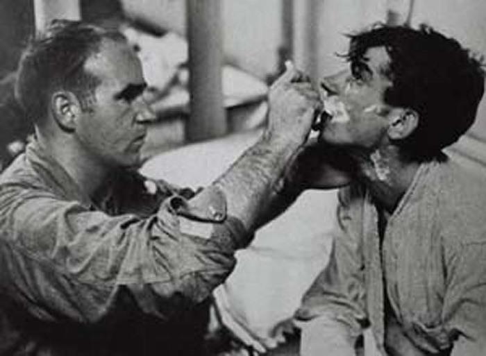 Американский солдат помогает побриться спасённому./Фото: gorillas.com.ua.