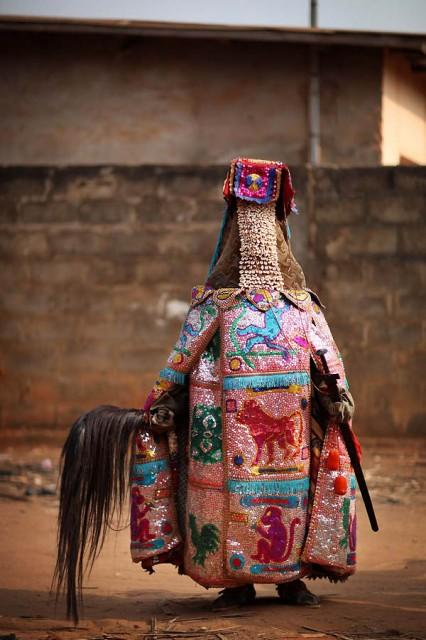 костюмированная церемония в Нигерии.